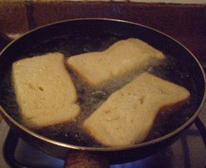 frying pan and torrijas