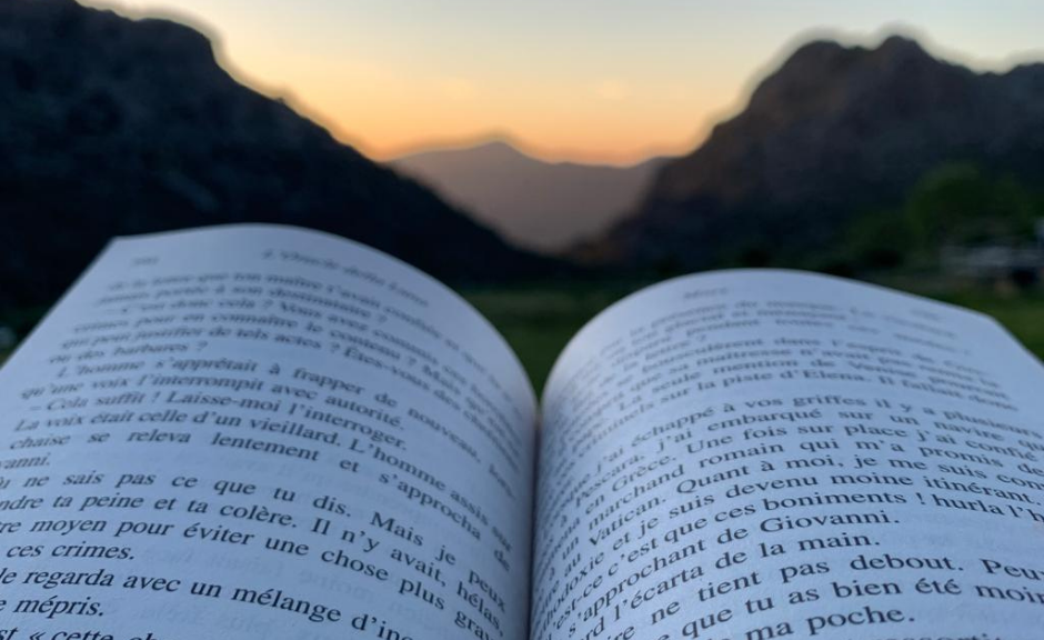 Open book with a background view of the Spanish mountains